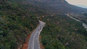 Flyg- skott av motorcykelgruppen på bergvägen stock video