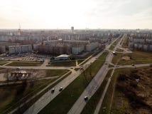 Flyg- skott av parallella vägar i staden under guld- timmesolnedgång arkivfoton