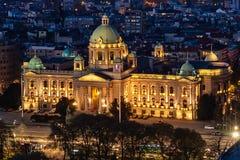 Flyg- skott av serbisk nationalförsamling i Belgrade på natten royaltyfri foto