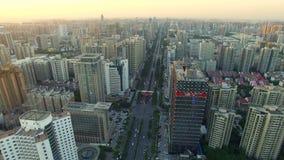 Flyg- skott av trafik som flyttar sig på vägen och cityscape på solnedgången, XI ', Kina lager videofilmer