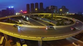 Flyg- skott av trafik som på flyttar planskilda korsningar på natten arkivfilmer