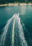 Flyg- skott av wakeboarding, vågen och snabba motorbåten royaltyfri bild