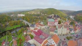 Flyg- skott för gammal europeisk stad, färgrika tak, bergmoln lager videofilmer
