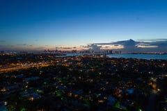 Flyg- skymningfoto Miami och Biscayne fjärd Royaltyfria Bilder