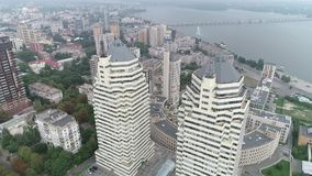 Flyg- skytte av staden vid floden stock video