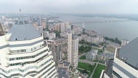 Flyg- skytte av två skyskrapor i en stad vid floden lager videofilmer