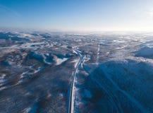 Flyg- solig vintersikt av den Abisko nationalparken, Kiruna Municipality, Lapland, Norrbotten County, Sverige, skott från surret, Royaltyfri Bild