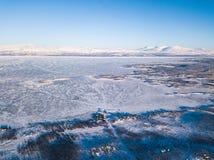 Flyg- solig vintersikt av den Abisko nationalparken, Kiruna Municipality, Lapland, Norrbotten County, Sverige, skott från surret, Arkivbilder