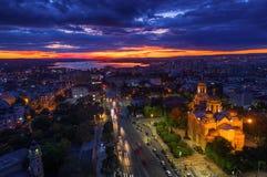 Flyg- solnedgångsikt av den Varna staden, Bulgarien arkivbild