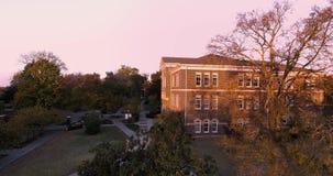 Flyg- solnedgångsikt av i stadens centrum stadsskyskrapor i Maryville, Tennessee, USA Maryville högskola 4k arkivfilmer
