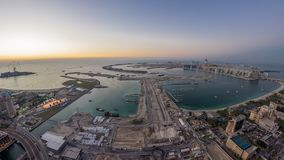 Flyg- solnedgångsikt av Palm Jumeirah ödagen till natttimelapse lager videofilmer