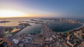 Flyg- solnedgångsikt av Palm Jumeirah ödagen till natttimelapse stock video