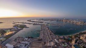 Flyg- solnedgångsikt av Palm Jumeirah ödagen till natttimelapse arkivfilmer