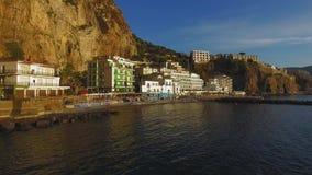 Flyg- solnedgångsikt av stranden för Sorrento kustMeta, loppbegrepp, utrymme för text, lopp till Italien, Europa semester Berg arkivfilmer