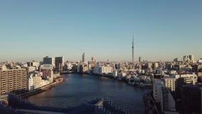 Flyg- soluppgång i den Tokyo staden