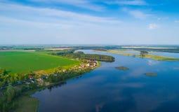 Flyg- sommarlandskap Reflekterar klar himmel för blått i sjön royaltyfri foto