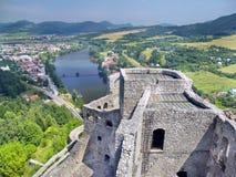 Flyg- sommarsikt från torn av det Strecno slottet Arkivbilder