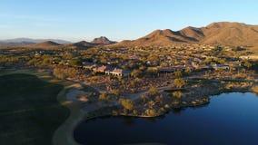 Flyg- spårning av den Arizona golfbanan stock video