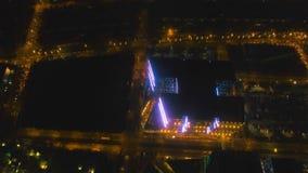 Flyg- stad med skyskrapor och byggnader vid natt Filippinerna Manila, Makati stock video