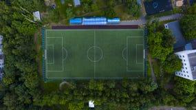 Flyg- stads- sikt av fotbollfältet med spelare arkivfoto