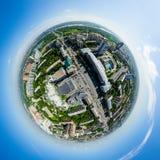 Flyg- stadssikt med tvärgator och vägar, husbyggnader Helikopterskott panorama- bild Fotografering för Bildbyråer