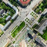 Flyg- stadssikt med tvärgator och vägar, husbyggnader Helikopterskott panorama- bild Royaltyfri Fotografi