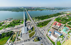 Flyg- stadssikt med tvärgator och vägar, husbyggnader Helikopterskott panorama- bild Arkivfoton