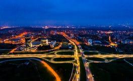 Flyg- stadssikt på natten, Vilnius arkivbilder