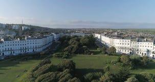 Flyg- stigande sikt av en regenskapfyrkant i Brighton England lager videofilmer