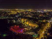 Flyg- surr för Amfiteatr Kadzielnia Kielce natt arkivbilder