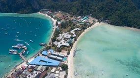 Flyg- surrfoto av den iconic tropiska stranden och semesterorter av den Phi Phi ön Royaltyfri Fotografi