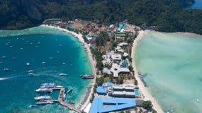 Flyg- surrfoto av den iconic tropiska stranden och semesterorter av den Phi Phi ön Royaltyfri Bild