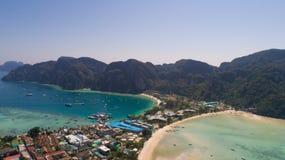 Flyg- surrfoto av den iconic tropiska stranden och semesterorter av den Phi Phi ön Fotografering för Bildbyråer