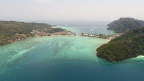 Flyg- surrfoto av den iconic tropiska stranden och semesterorter av den Phi Phi ön Arkivbilder