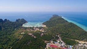 Flyg- surrfoto av den iconic tropiska stranden och semesterorter av den Phi Phi ön Arkivbild
