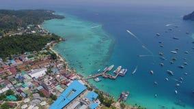 Flyg- surrfoto av den Tonsai pir och den iconic tropiska stranden och semesterorter av den Phi Phi ön Royaltyfri Bild