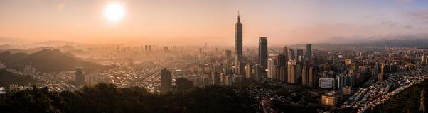 Flyg- surrfoto - solnedgång över Taipei horisont taiwan Den Taipei 101 skyskrapan presenterade royaltyfria foton