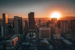 Flyg- surrfoto - stad av Denver Colorado på solnedgången arkivfoto