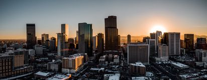 Flyg- surrfoto - stad av Denver Colorado på solnedgången arkivfoton