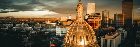 Flyg- surrfoto - stad av Denver Colorado på soluppgång royaltyfria bilder