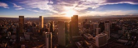 Flyg- surrfoto - stadshorisont av Denver Colorado på solnedgången Arkivbilder