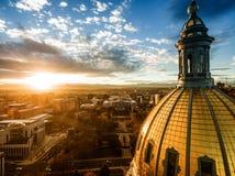 Flyg- surrfotografi - bedöva guld- solnedgång över den Colorado huvudstadbyggnaden & Rocky Mountains, Denver Colorado arkivfoton