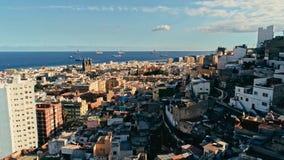 flyg- surrlängd i fot räknat av staden med härlig seascape den gamla staden på solnedgången royaltyfri fotografi