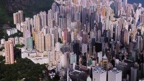 Flyg- surrlängd i fot räknat av tak och gator i det tätt befolkade Kowloon området i Hong Kong, en av Asien mest arkivfilmer