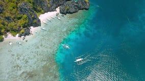 Flyg- surrlängd i fot räknat av turist- turbancafartyg som förtöjas på Shimizu Island i El Nido, Palawan, Filippinerna h?rligt stock video