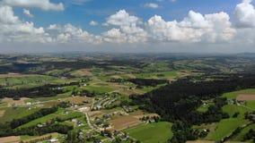 Flyg- surrlängd i fot räknat, sikt av byn, landskap Polen stock video