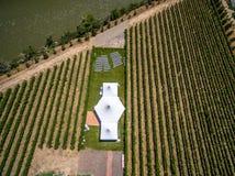 Flyg- surrpanoramafotografi - bröllopmötesplats i en vingård Royaltyfri Foto