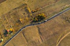 Flyg- surrsikt av den slingriga asfaltvägen arkivfoto