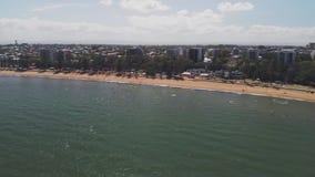 Flyg- surrsikt av den Suttons stranden, Redcliffe, Australien lager videofilmer