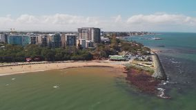Flyg- surrsikt av den Suttons stranden, Redcliffe, Australien stock video